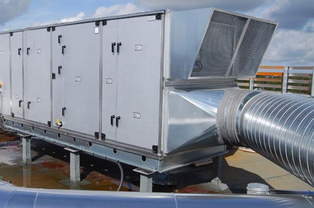 centrale de traitement d'air sur la toiture terrasse d'une industrie
