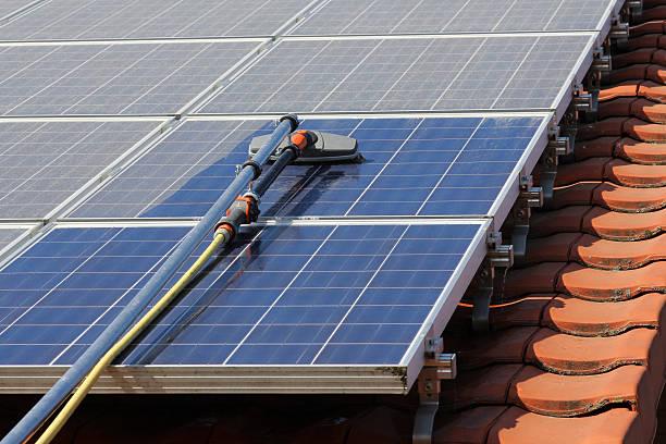nettoyage à la perche et eau pure de panneaux photovoltaïques