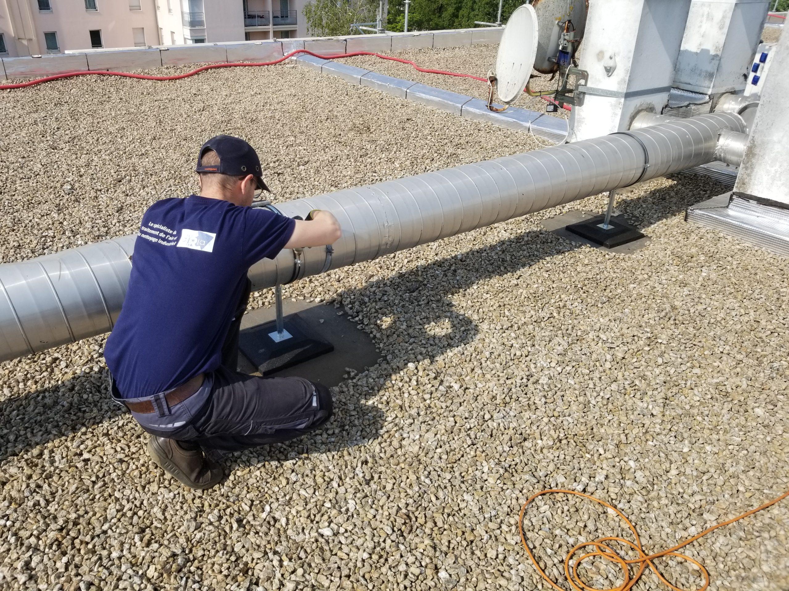maintenance d'une gaine aéraulique sur la toiture terrasse d'un bâtiment